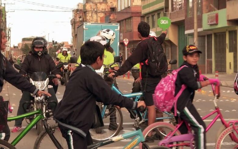 AMBIENTE MOBILIDADE Filme mostra conflitos e convivência entre carros e bicicletas no mundo Documentário que será lançado hoje (18) reúne experiências de cidades para promover um transporte mais humano e sustentável, enquanto outras preferem seguir a lógica da indústria automobilística por Redação RBA publicado 18/06/2015 11:44, última modificação 18/06/2015 13:11 Comments REPRODUÇÃO bikesvscarros.jpg Estudantes recebem aula de educação no trânsito em Bogotá: convivência com outras modalidades de transporte